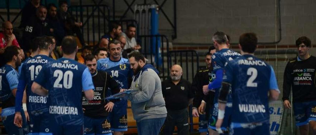 Nacho Moyano da instrucciones a sus hombres durante un tiempo muerto ante el Logroño. // Gonzalo Núñez