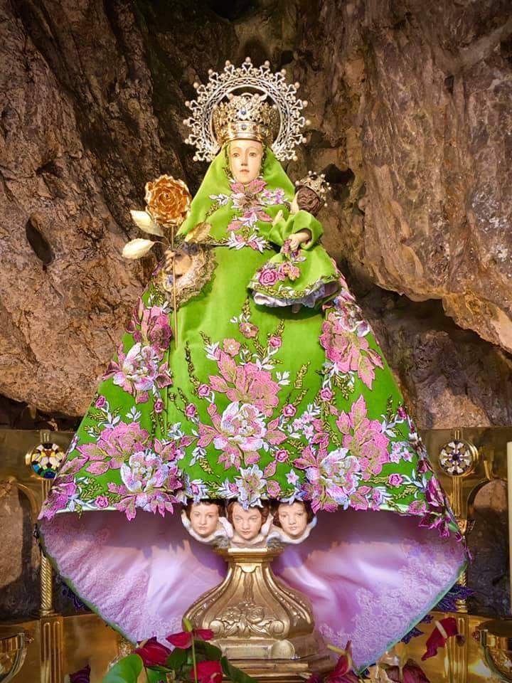 El atuendo que la Virgen de Covadonga vistió hasta el pasado martes, donación de una devota