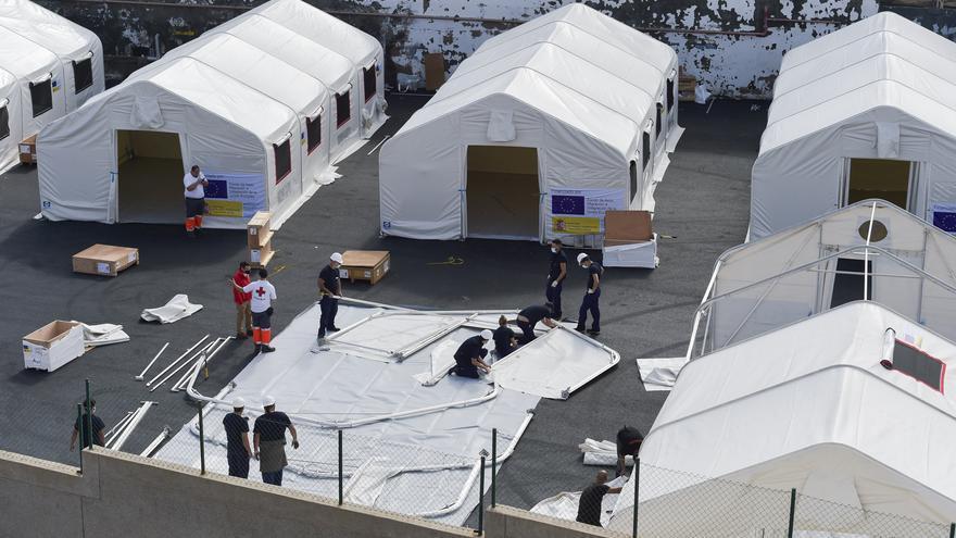 Empiezan los traslados de migrantes al cuartel Canarias 50 desde los hoteles del sur