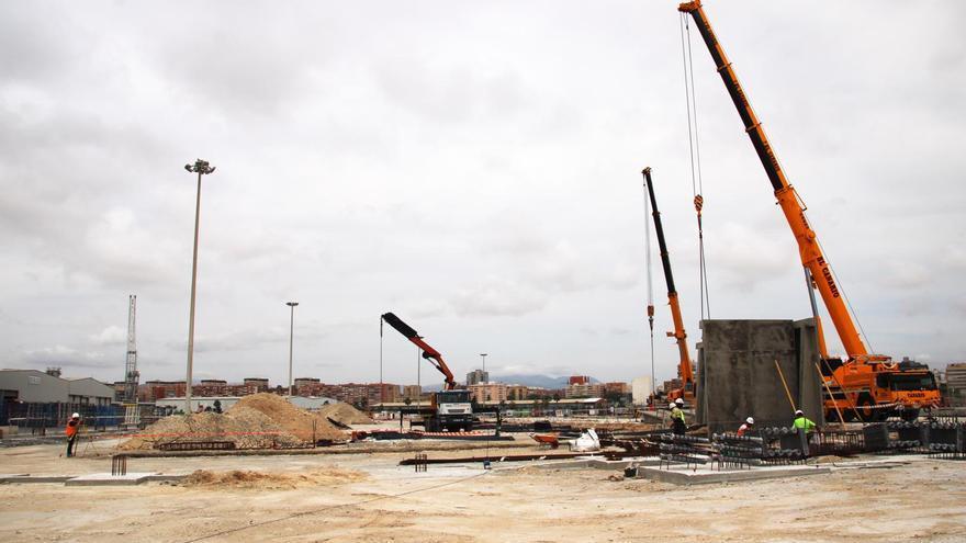 El Grupo Eiffage coloca el armazón para la nave cerrada de graneles del puerto de Alicante