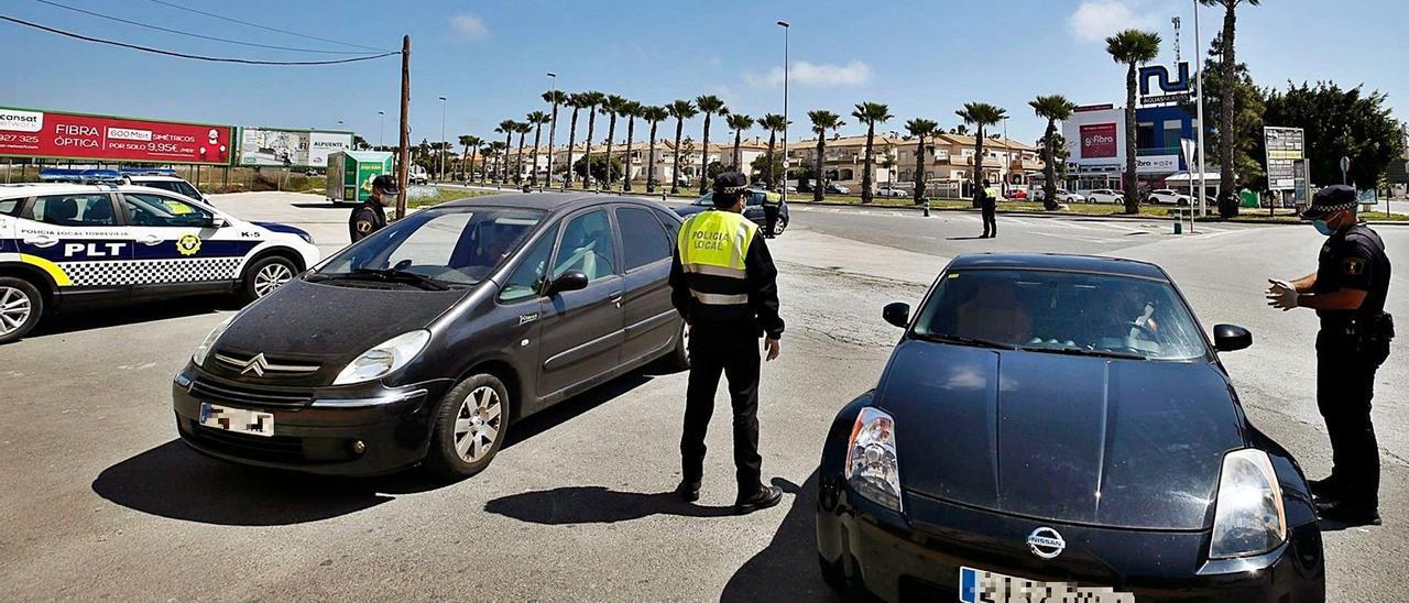 Un control de la Policía Local de Torrevieja, durante el cierre perimetral de la ciudad.