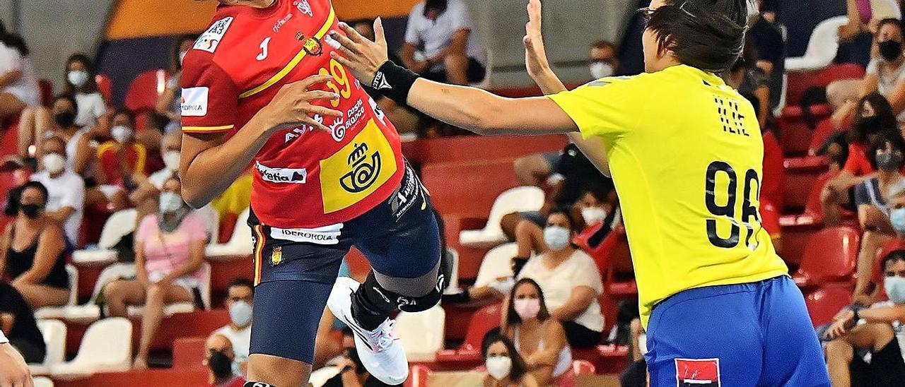 Almudena Rodríguez, lateral grancanaria de la selección española de balonmano, lanza a portería ante Rumanía. | | J. L. RECIO/RFEBM