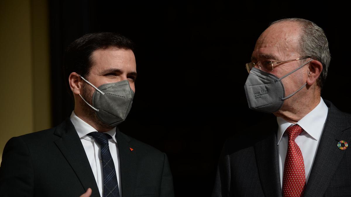 El ministro de Consumo, Alberto Garzón, y el alcalde de Málaga, Francisco de la Torre, este miércoles en el Ayuntamiento