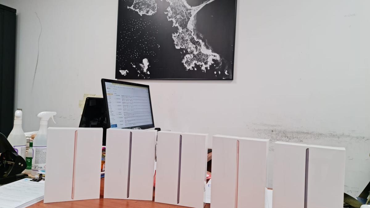 Tablets entregadas por la OPP-20 al colegio Torre-Illa.