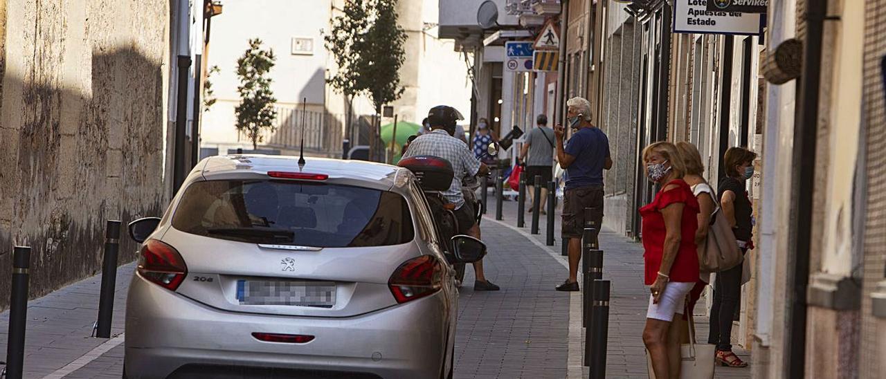 Vecinos de Benigànim pasean por las calles del municipio, en una foto de archivo | PERALES IBORRA