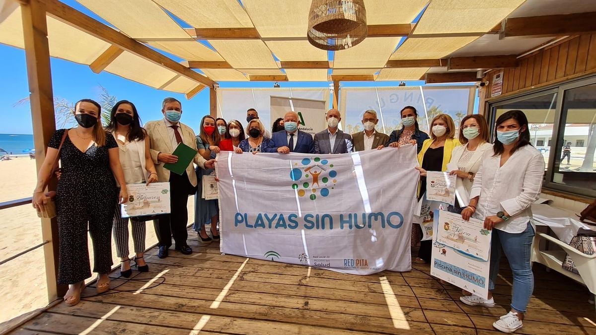Jesús Aguirre posa con componentes de la iniciativa Playas sin Humo.