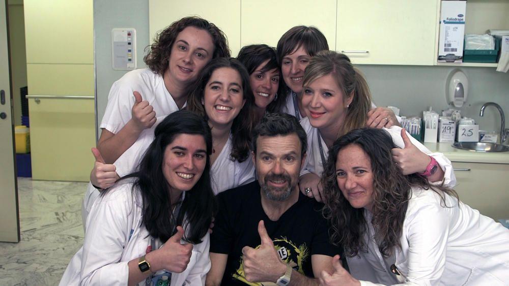 Pau Donés, posa con personal sanitario. Archivo