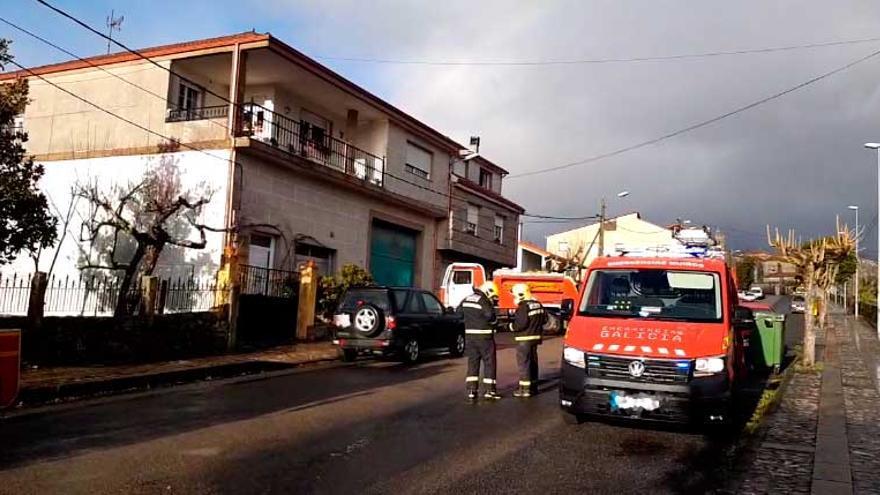 Evacuado tras quemarse el cuerpo entero en un incendio en su casa de Ourense