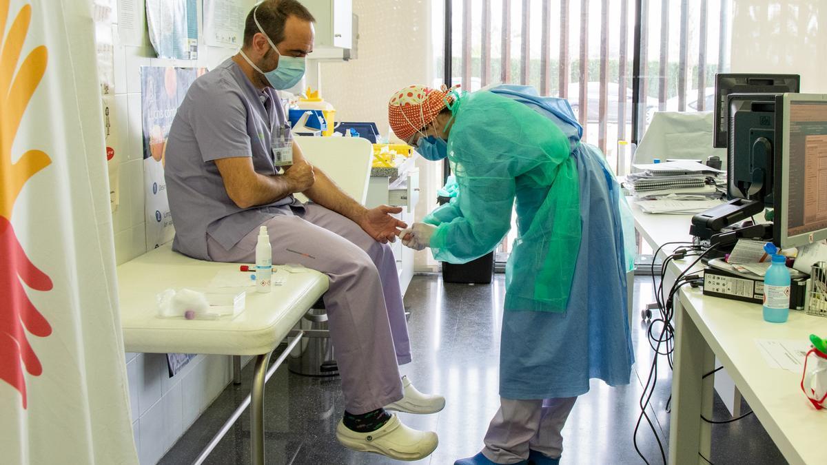 Prueba de la covid-19 a un médico del hospital de Dénia
