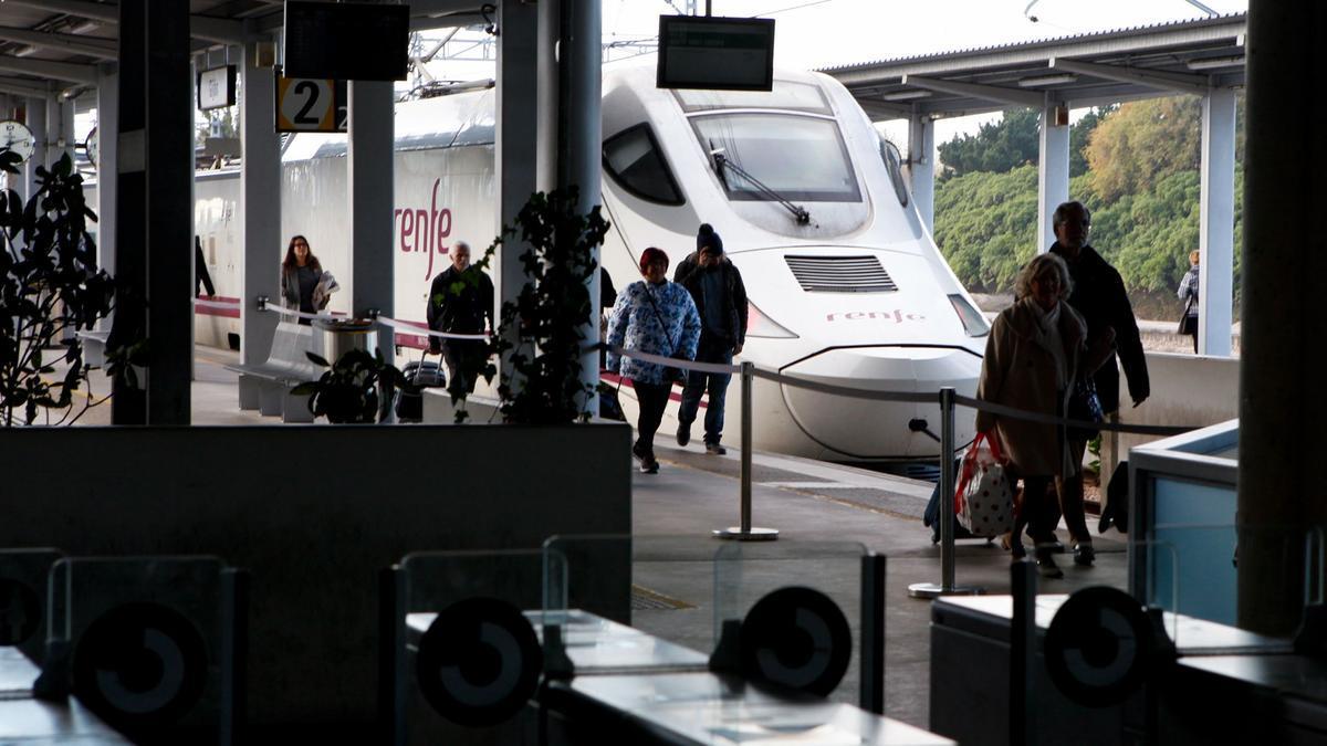 Un Alvia en la estación de Gijón.