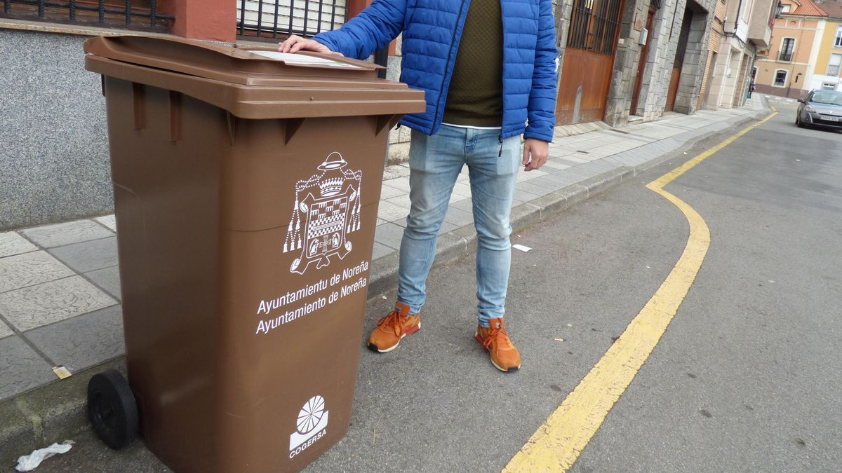 Un modelo contenedor marrón, en este caso el instalado ya en Noreña.