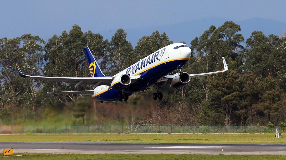 Un avión de Ryanair despega en Peinador