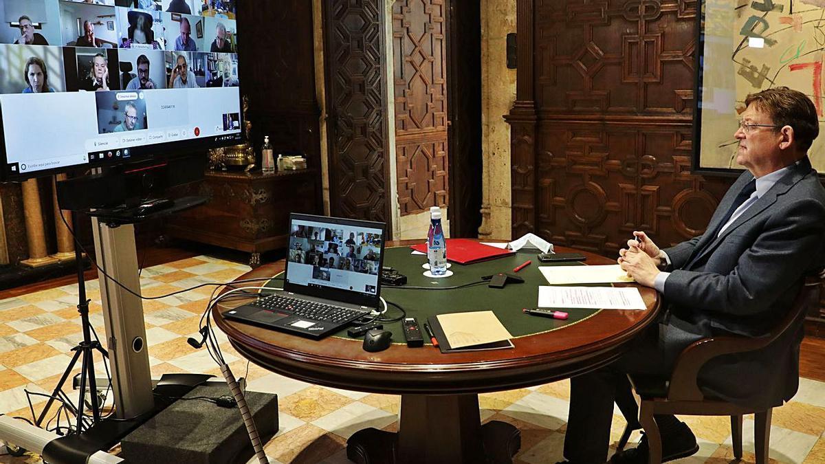 El presidente de la Generalitat, Ximo Puig, ayer, durante la reunión telemática con expertos. | LEVANTE-EMV
