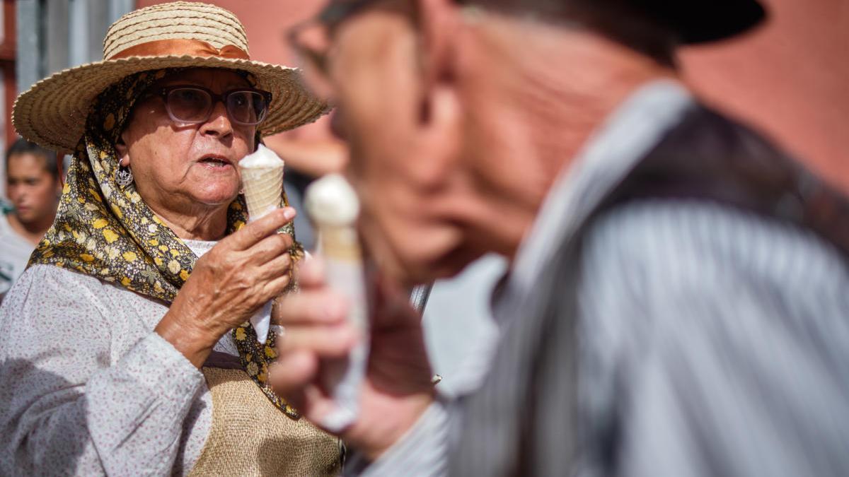 Unos romeros comen helado.