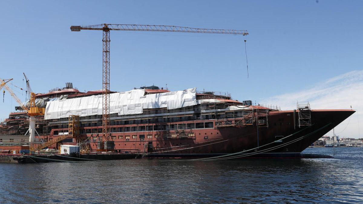 """El crucero """"Evrima"""", en plena construcción en el astillero vigués Barreras. // R. Grobas"""
