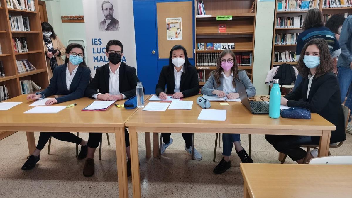 Equipo del IES Lucas Mallada, anfitrión del torneo de debate de la provincia de Huesca.