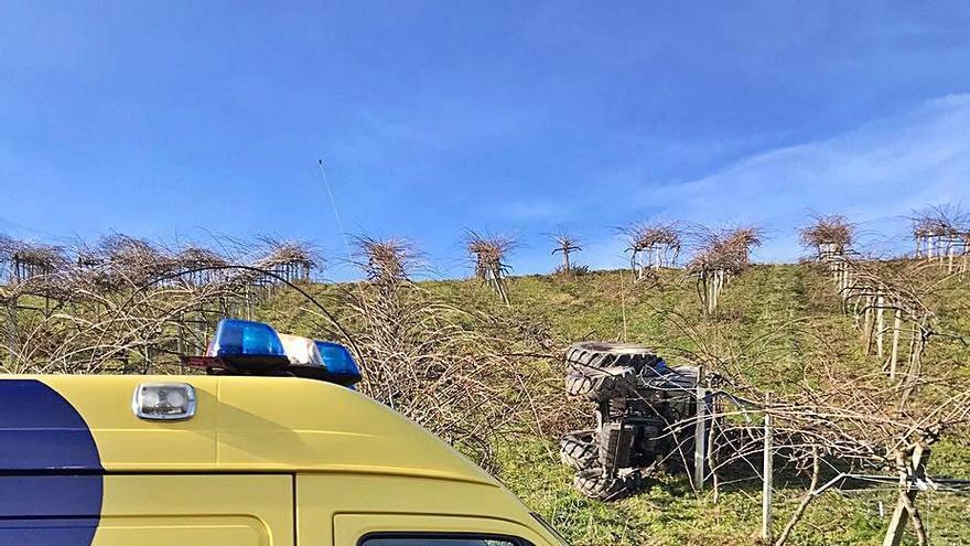 Un herido tras el vuelco de un tractor en una plantación de fruta en Langreo