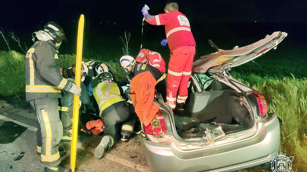 Equipos de emergencia atienden a uno de las personas implicadas en el siniestro de Burgos. | Ical |  C. O. - ICAL