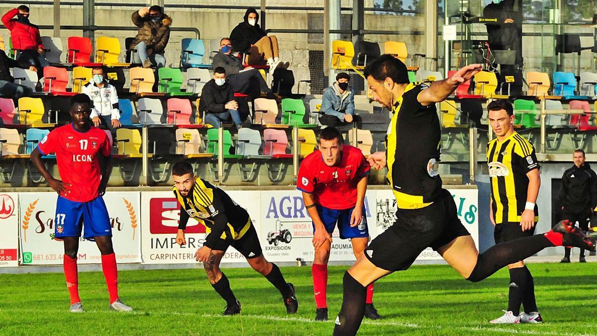 Hugo Soto, del Ribadumia, ejecuta la pena máxima que le valió a su equipo el segundo gol. |  // IÑAKI ABELLA