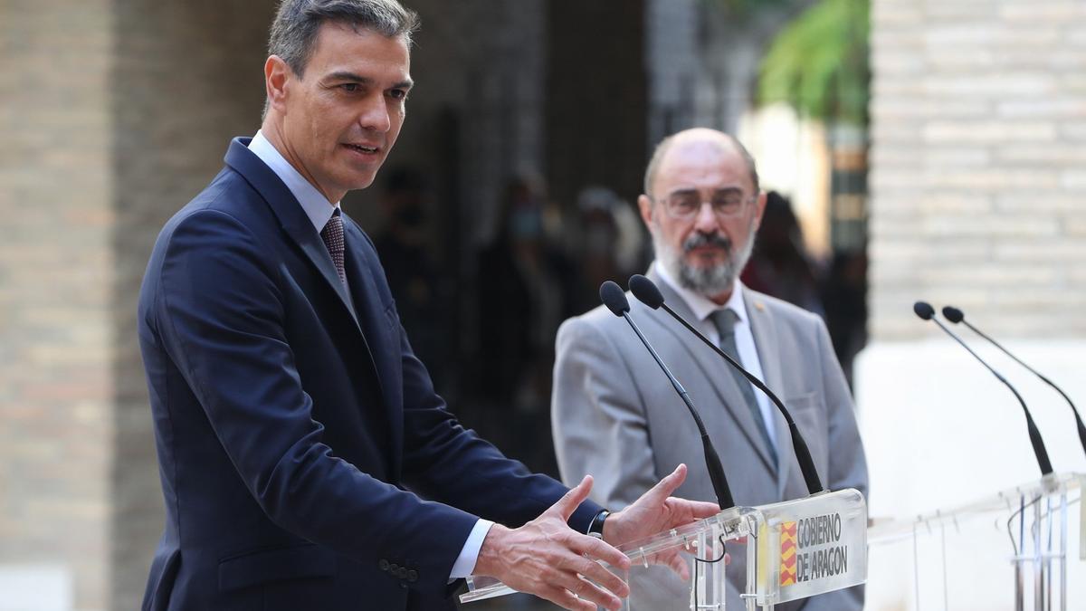 El presidente del Gobierno, Pedro Sánchez, junto al presidente de Aragón, Javier Lambán.