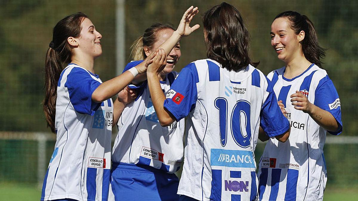 Las jugadoras del Sárdoma celebran un gol en un partido de la pasada temporada. // RICARDO GROBAS