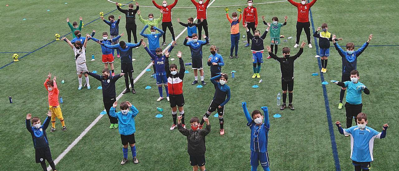 Los niños del campus en colaboración con el Ourense CF, en el campo de Oira.  |  // IÑAKI OSORIO