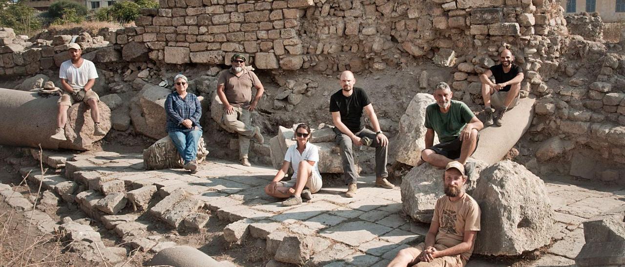 El equipo de arqueólogos en Tiro, con Garí con camiseta verde a la derecha.