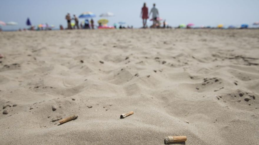 Bastoncillos y colillas amenazan las playas