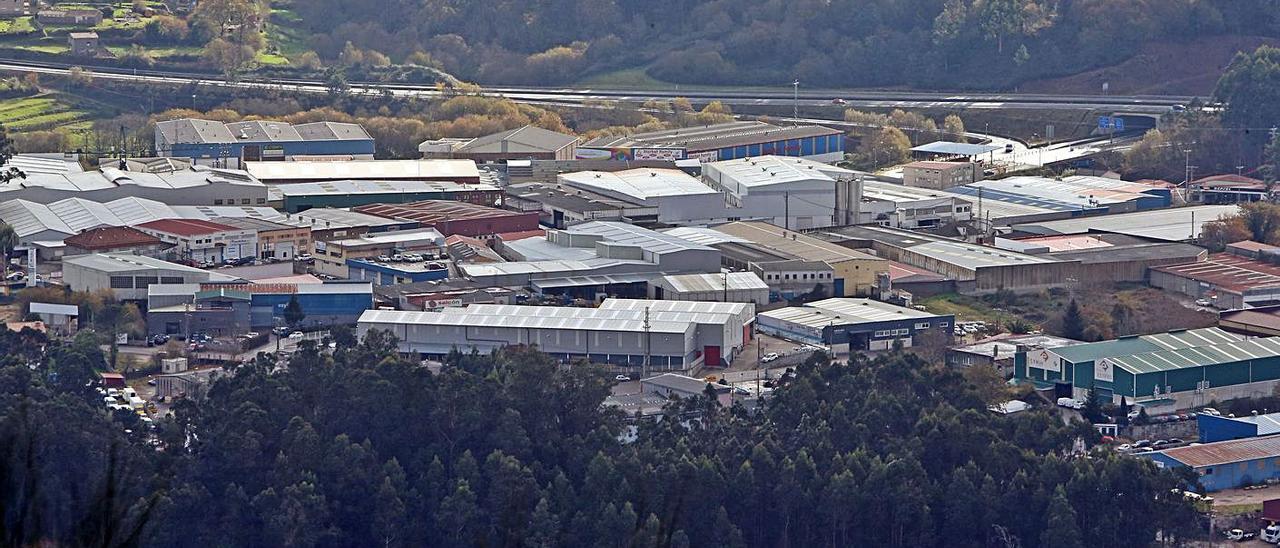Parte del polígono industrial de A Pasaxe, con la autopista AG-57 al fondo.     // MARTA G. BREA