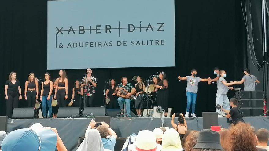 Xabier Díaz e Adufeiras de Salitre 'sacan' a bailar ao público do Revenidas