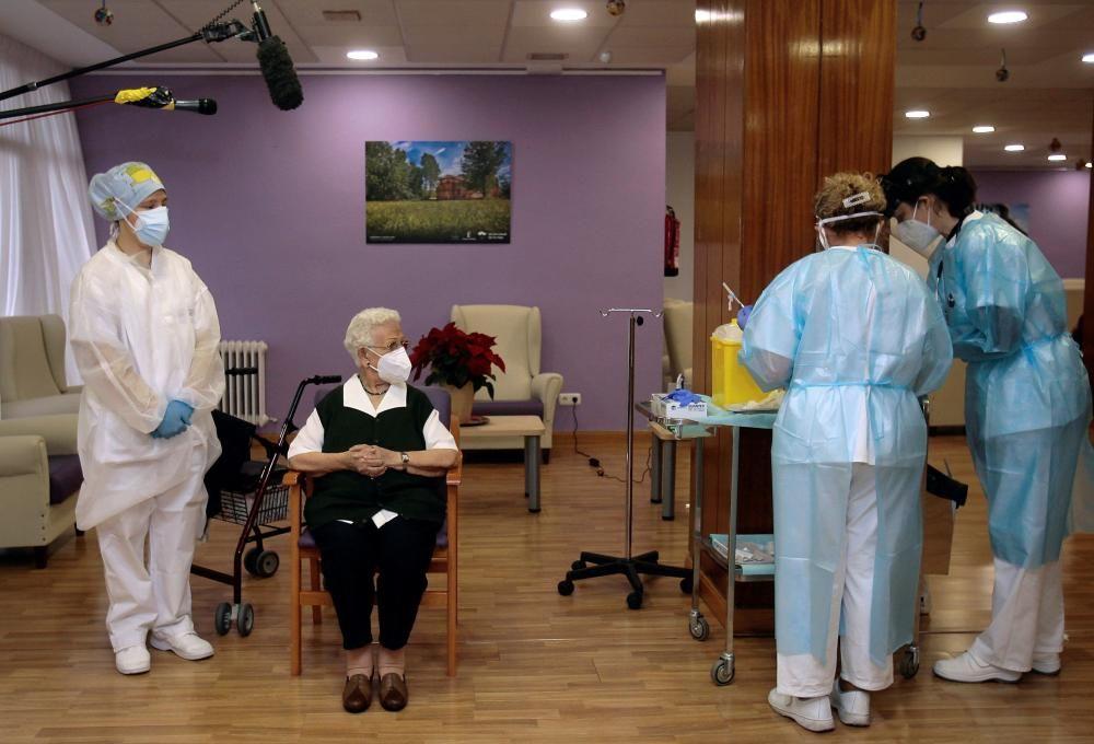Araceli, de 96, primera persona en vacunarse contra el coronavirus en España
