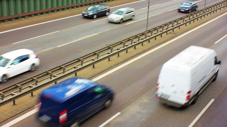 La DGT multará con 200 euros a quien conduzca por el carril central o el izquierdo indebidamente