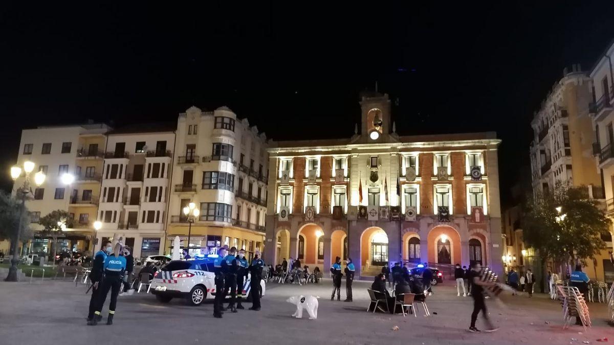 Los agentes de la Policía Municipal controlan la Plaza Mayor.