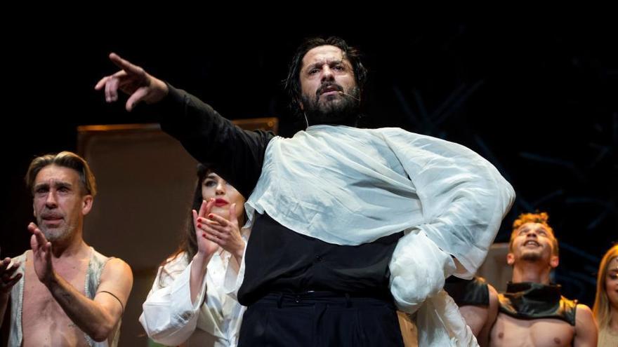 """El público se pone en pie en el estreno de Rafael Amargo: """"Soy honrado y serio"""""""