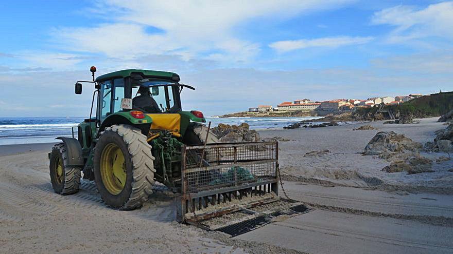 El Concello limpia la playa de Caión y desbroza su entorno en previsión de visitantes en Semana Santa