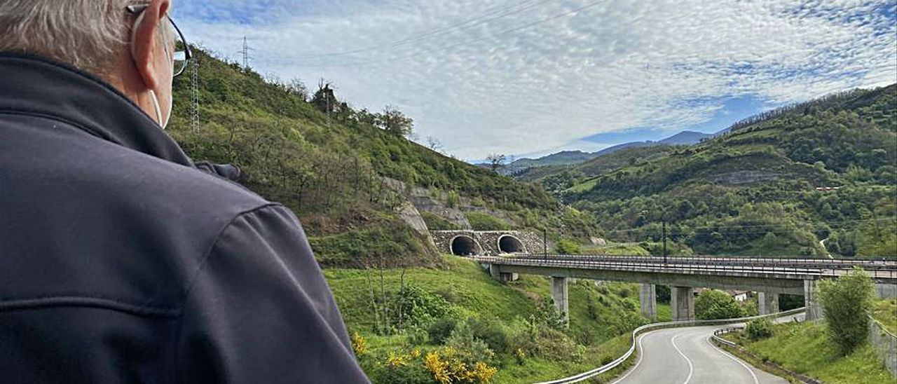 Un vecino observa uno de los viaductos de la variante.