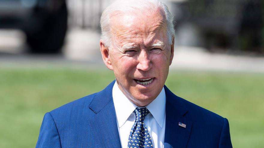 Biden obliga a los funcionarios y presiona a las empresas a vacunarse