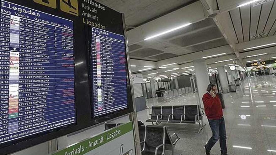 Pantallas de tráfico aéreo en el aeropuerto de Son Sant Joan.