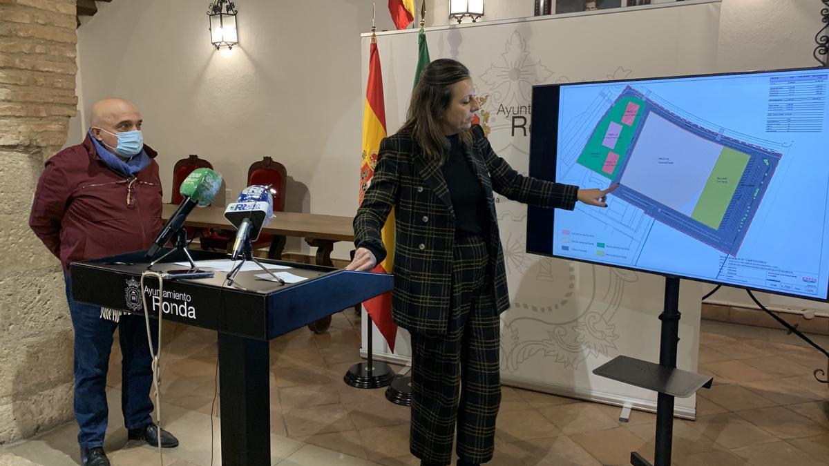 La alcaldesa presenta el estudio de detalle para la parcela del antiguo campo de fútbol