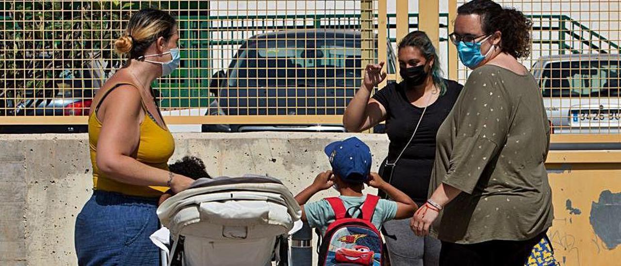 Madres ante la Escuela Municipal Els Xiquets. | JOSE NAVARRO