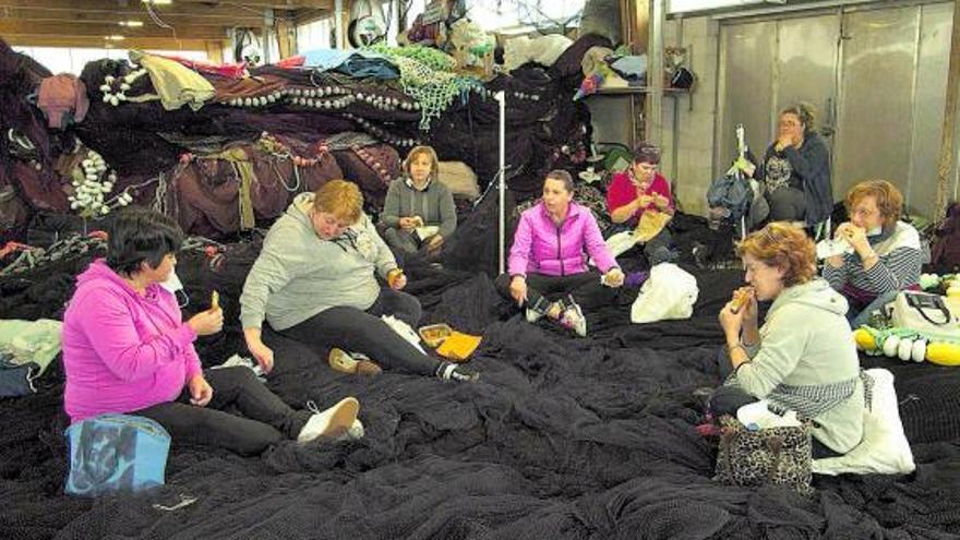 'O clan das mariñeiras' reivindica el trabajo de las redeiras con una visita a Cangas