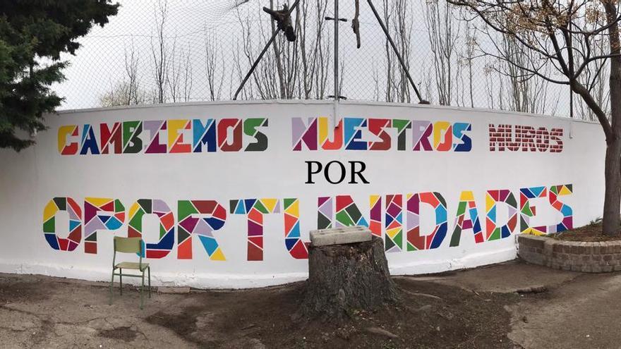 Mural colectivo del proyecto 'Sueña tu patio' con el lema más votado.