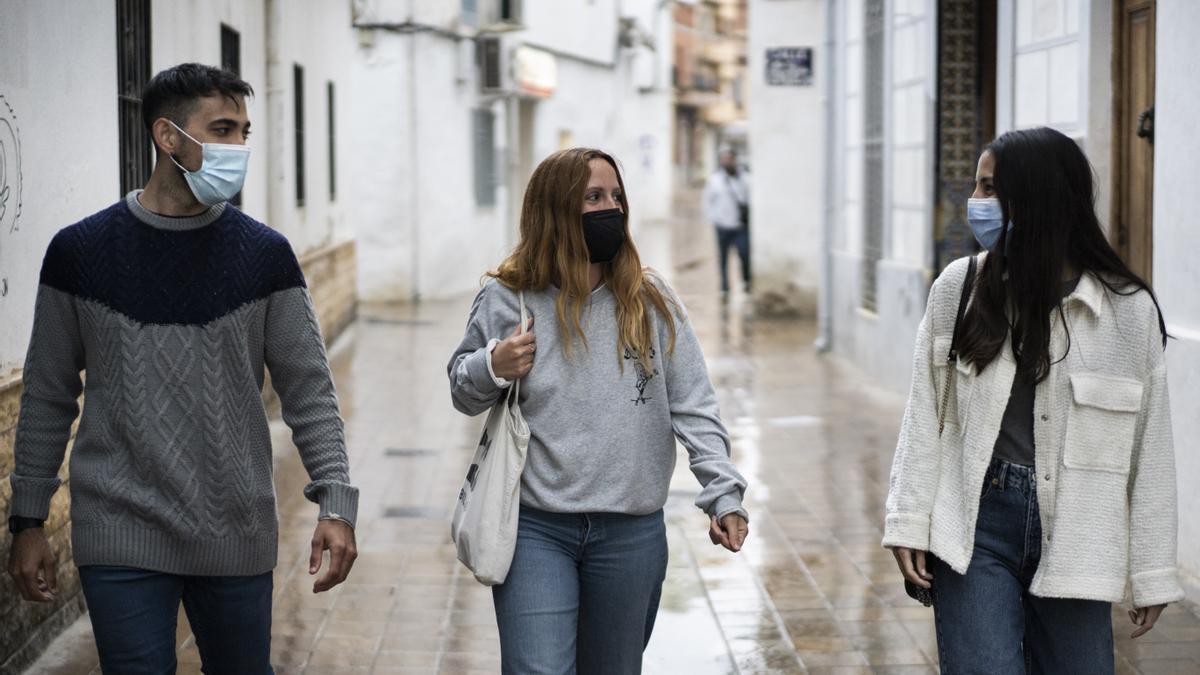 Tres jóvenes valencianos con trabajos precarios.