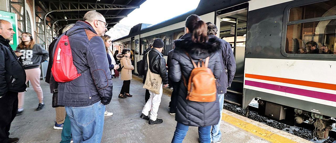 Usuarios de la línea férrea a Xàtiva y València en la estación de Alcoy antes del inicio de la crisis sanitaria del coronavirus.
