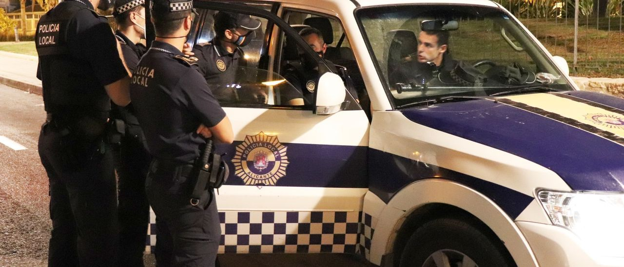 Agentes de la Unidad Fox de la Policía Local de Alicante durante un dispositivo antibotellón.