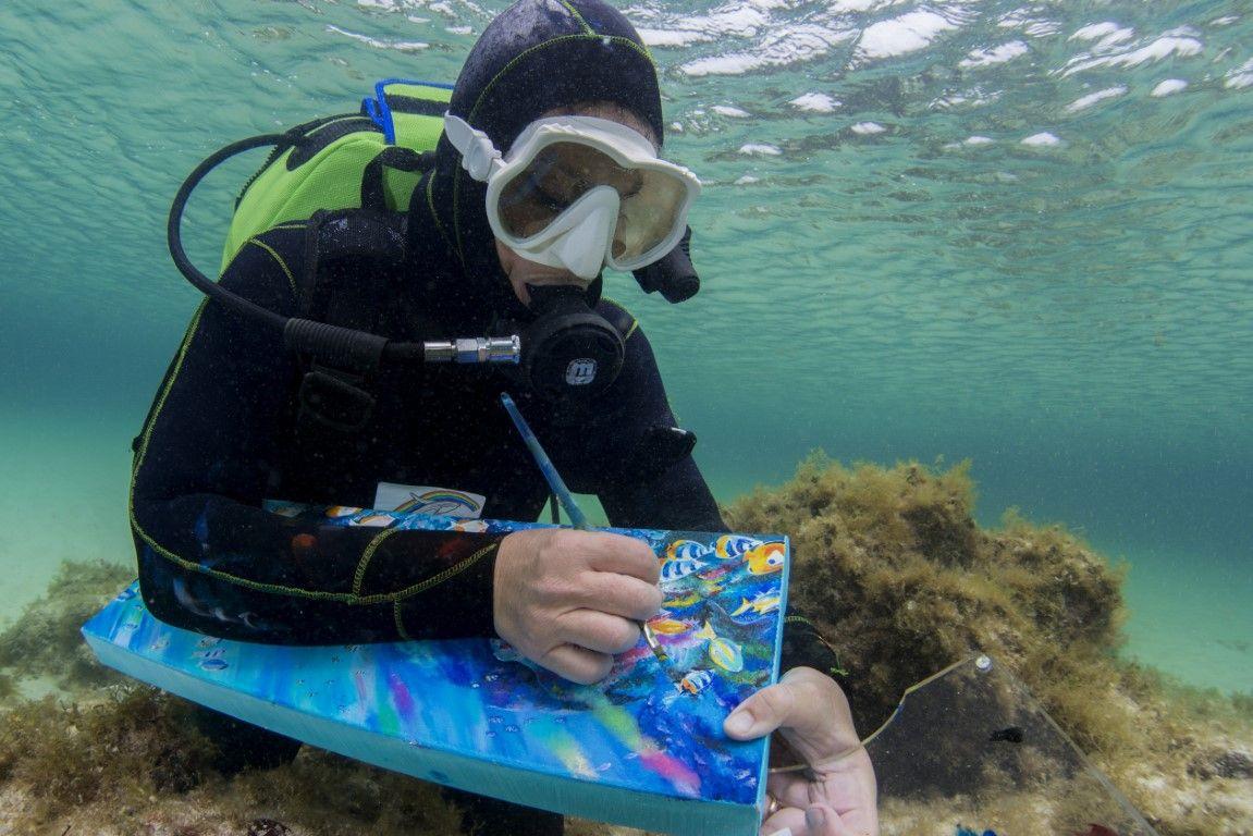 Ely Phenix, pintando bajo el mar en Canarias