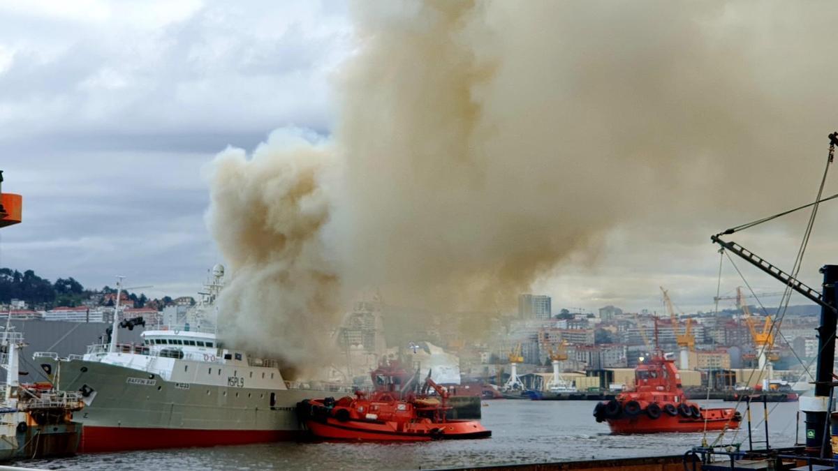 Incendio de un pesquero en el puerto de Vigo