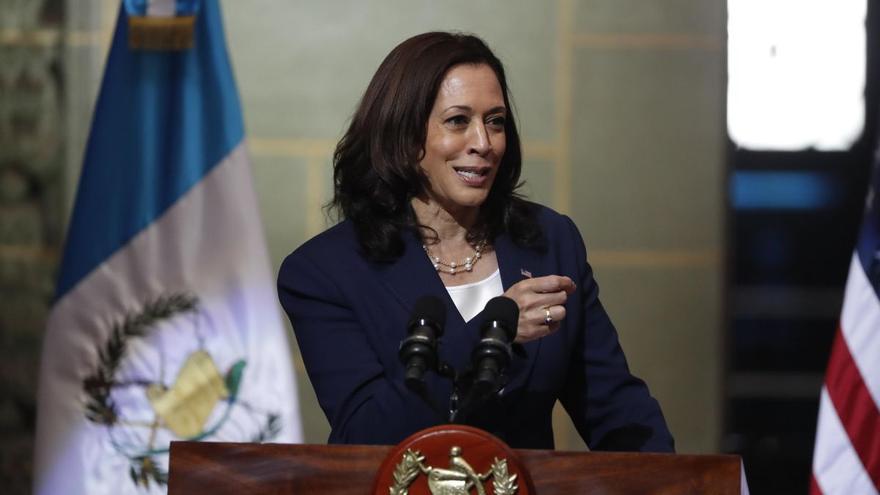 Kamala Harris pierde popularidad entre los votantes tras seis meses en el puesto