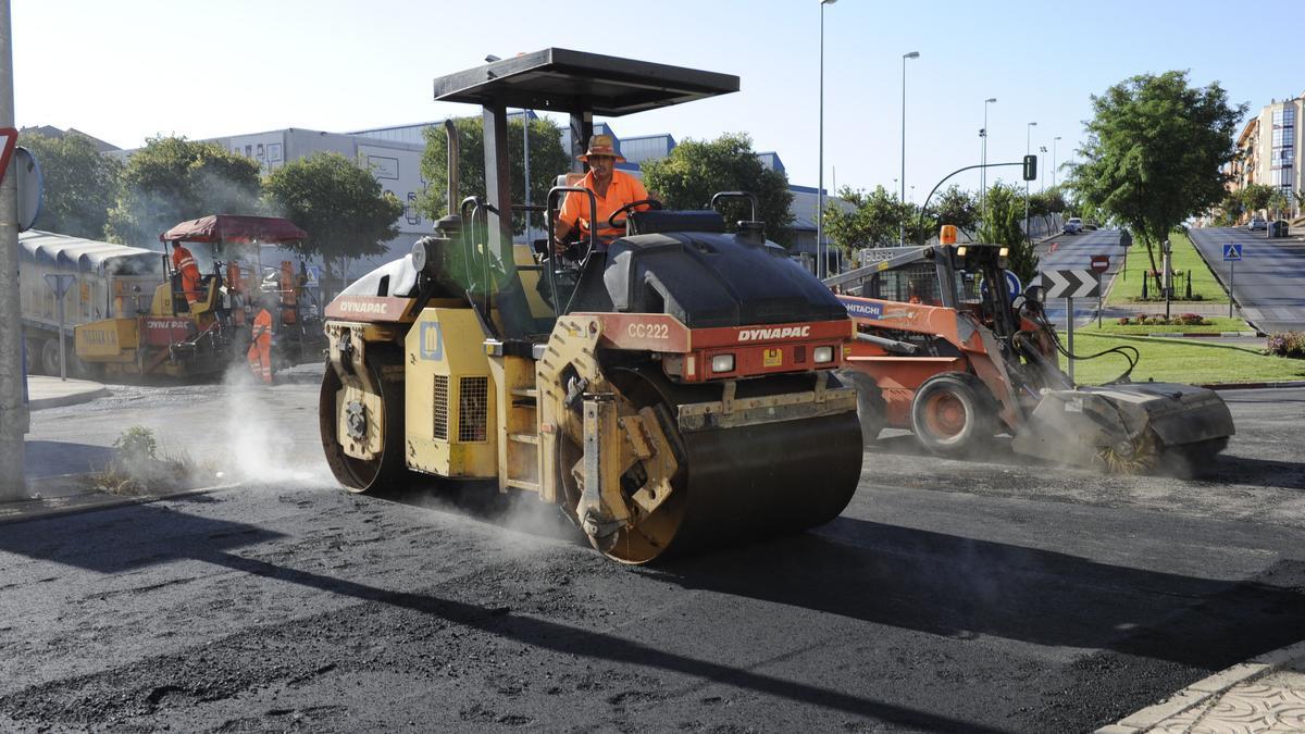 Trabajos de asfaltado en una campaña anterior en Cáceres.