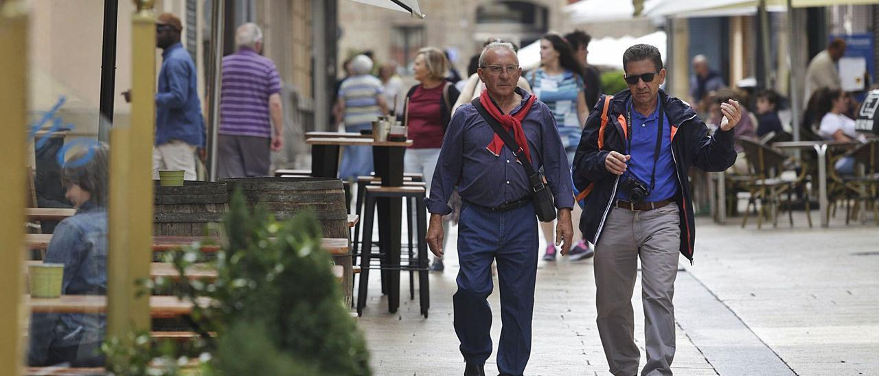 Turistas en una céntrica calle avilesina, en pleno casco históric de la ciudad.